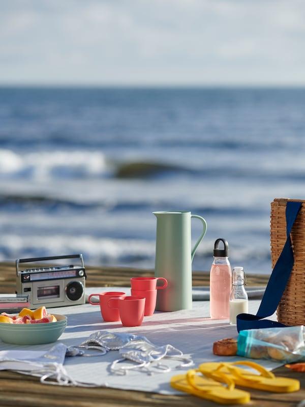 TALRIKA rosa muggar på en pickninick på stranden.