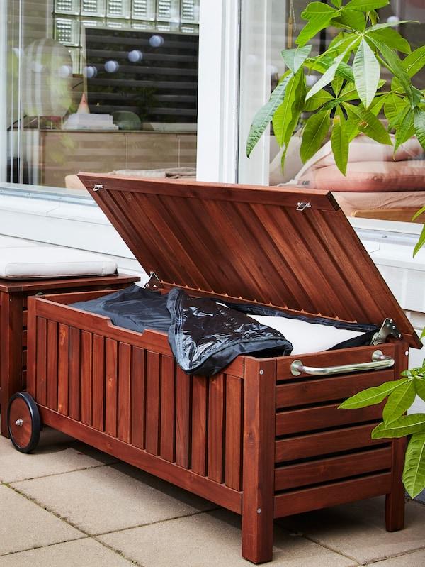En bænk af træ med opbevaring, så man kan gemme sine havehynder væk.