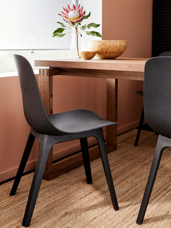 Ein ODGER Stuhl in Anthrazit für den Essbereich