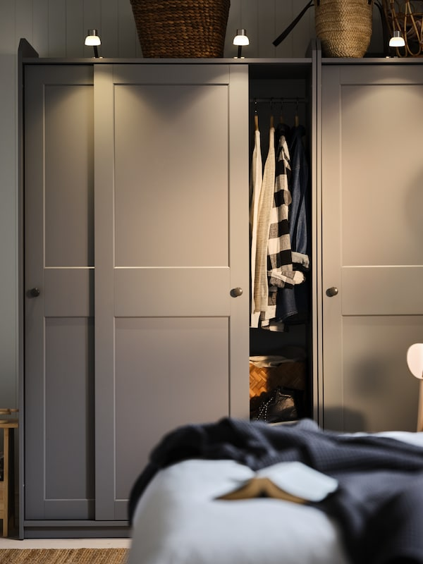 HAUGA garderober med skjutdörrar i grått.