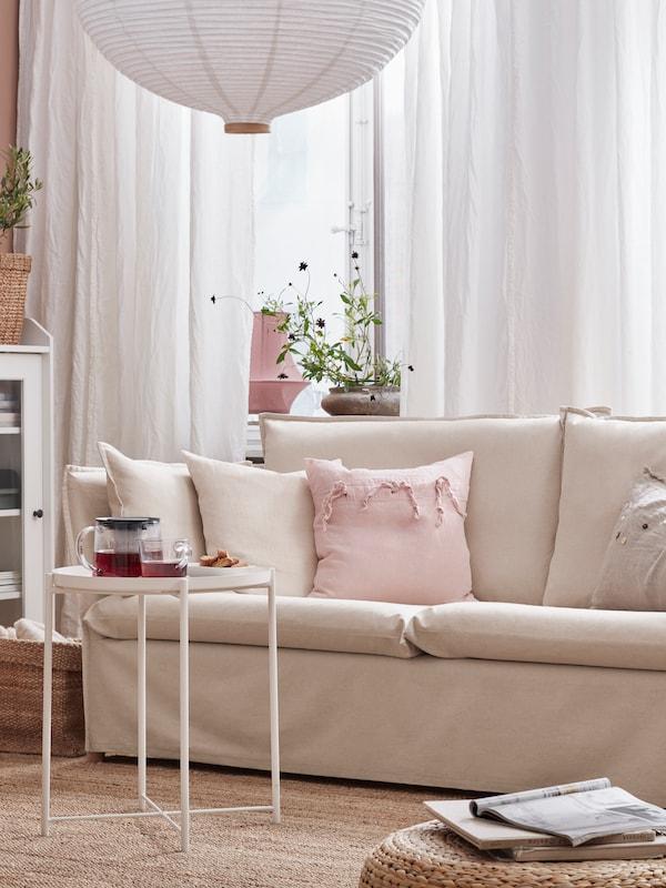 Sofa 3 tempat duduk, kusyen, langsir berwarna putih, terendak lampu pendan bentuk bawang/berwarna putih, meja dulang berwarna putih dengan teh.