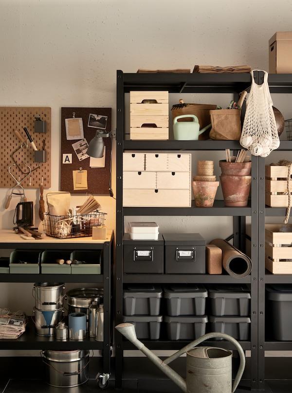 Une armoire BROR remplie d'articles divers.
