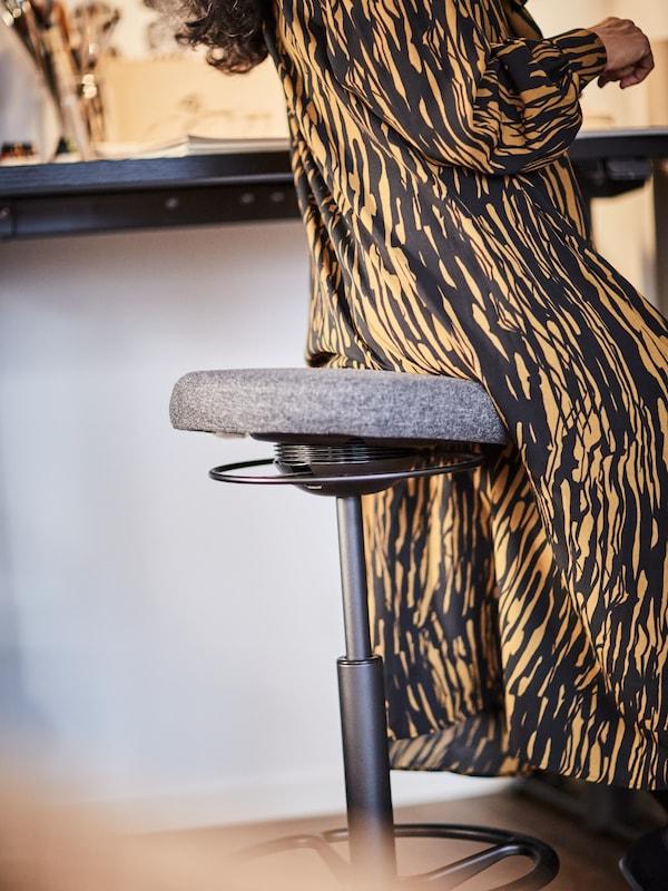 Femme assise sur un tabouret assis/debout LIDKULLEN.