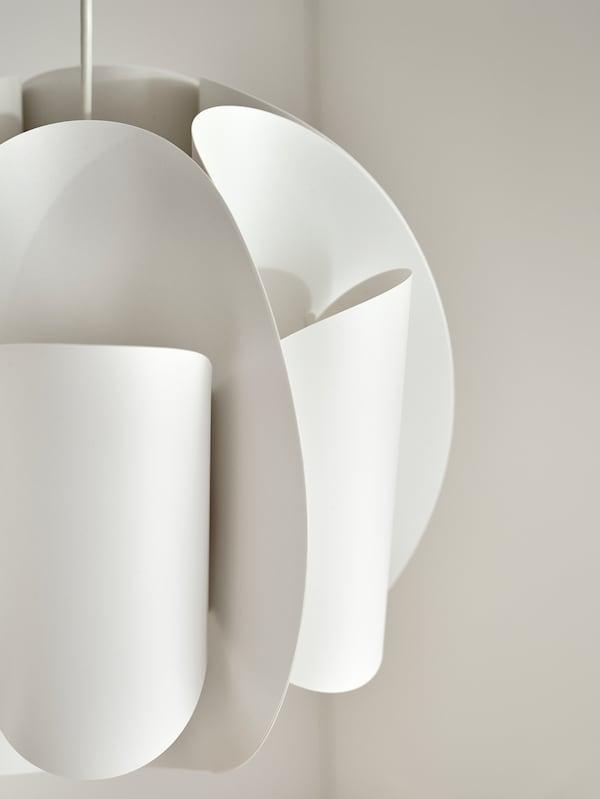 Egy űrhajó íves vonalait és hajlított formáit idéző futurisztikus TRUBBNATE függőlámpaernyőt látunk. A dizájn egyediségét még jobban kifejezi a természetes beáramló fény.