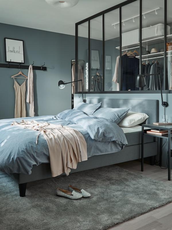 łóżko SABOVIK w niebieskiej sypialni