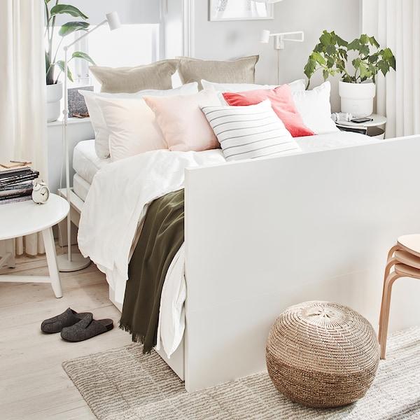 Weißes MALM Bett mit weißer Bettwäsche & Dekokissen