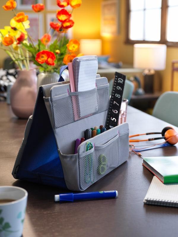 Tasche mit mehreren Fächern für Schulzubehör wie Stifte und Lineale.