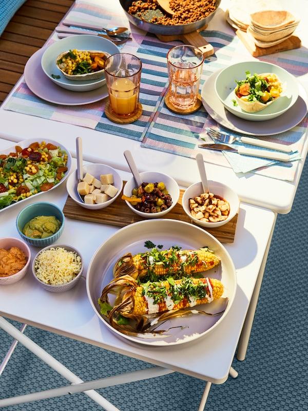 Närbild på uppdukad mat med flera små skålar.