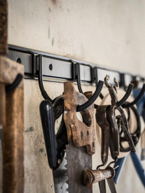 Stanga med kroker er slitesterk, enkel å rengjøre og beskyttet mot rust, siden den er laget av pulverlakkert, galvanisert stål.