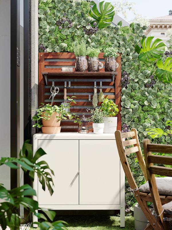 Ein Balkon mit Pflanzen und einem Regal von IKEA