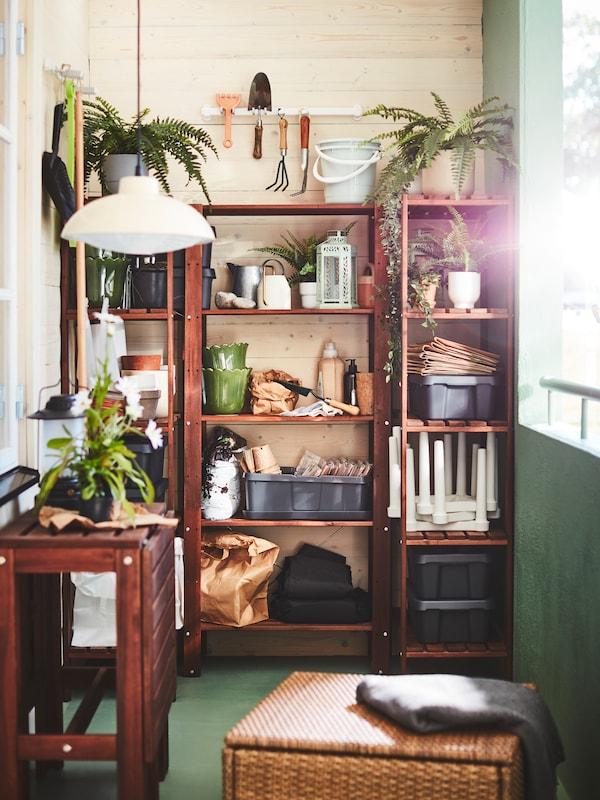 balcon avec des étagères de rangement en bois