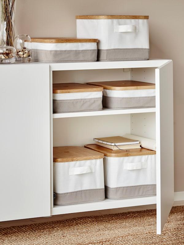 Estantería con puertas BESTÅ en color blanco