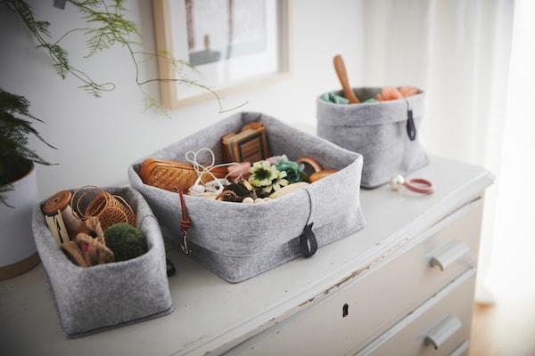 Körbe aus grauem Textil