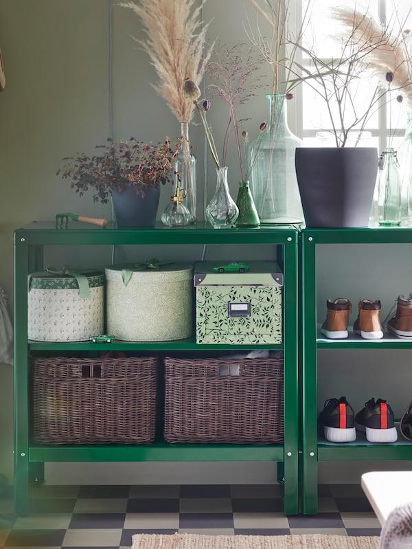 Estantes KOLBJÖRN con caixas de almacenaxe FJÄLLA, cestas GABBIG e zapatos en estantes, e testos de plantas e floreiros enriba.