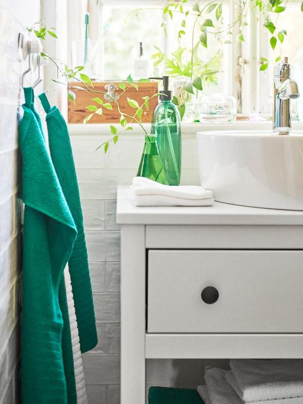 그린 색상의 욕실용품이 있는 화이트 욕실.