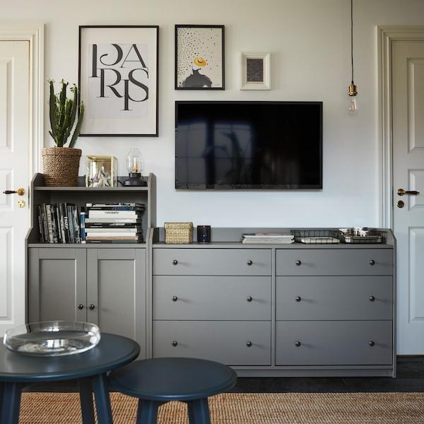 Ein HAUGA Schrank mit Türen und eine HAUGA Kommode mit 6 Schubladen in Grau