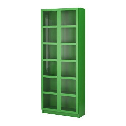 BILLY Kirjahylly + vitriiniovet IKEA Lasiovien takana suosikkitavarat ovat näkyvissä, mutta pölyltä suojassa.