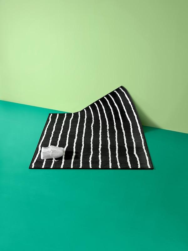 GÖRLÖSE Matto, matala nukka, musta/valkoinen, 133x195 cm
