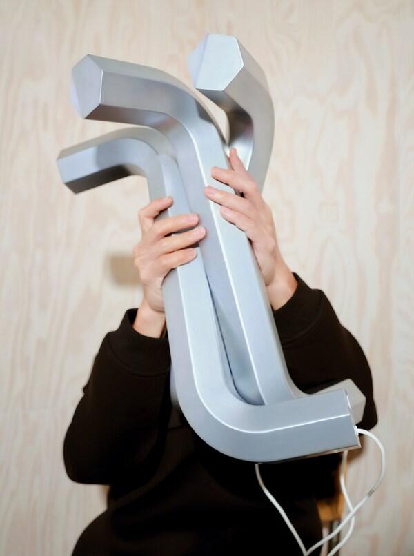 IKEA ART EVENT 2021 Led-pöytävalaisin, kuusiokoloavaimen muotoinen hopea/USB