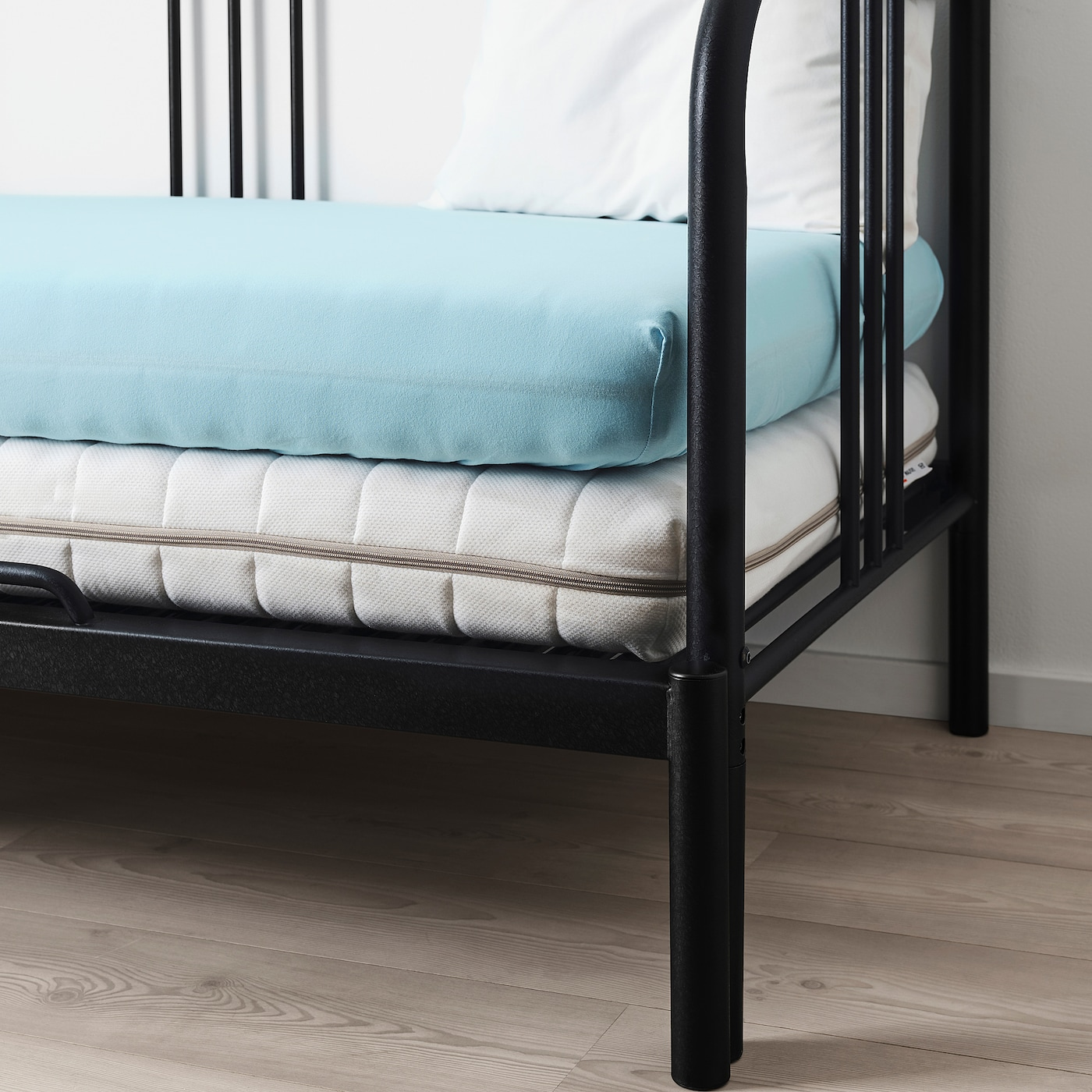 https://www.ikea.com/fr/fr/images/products/varvial-fitted-sheet-for-day-bed-light-blue__0755291_PE748341_S5.JPG