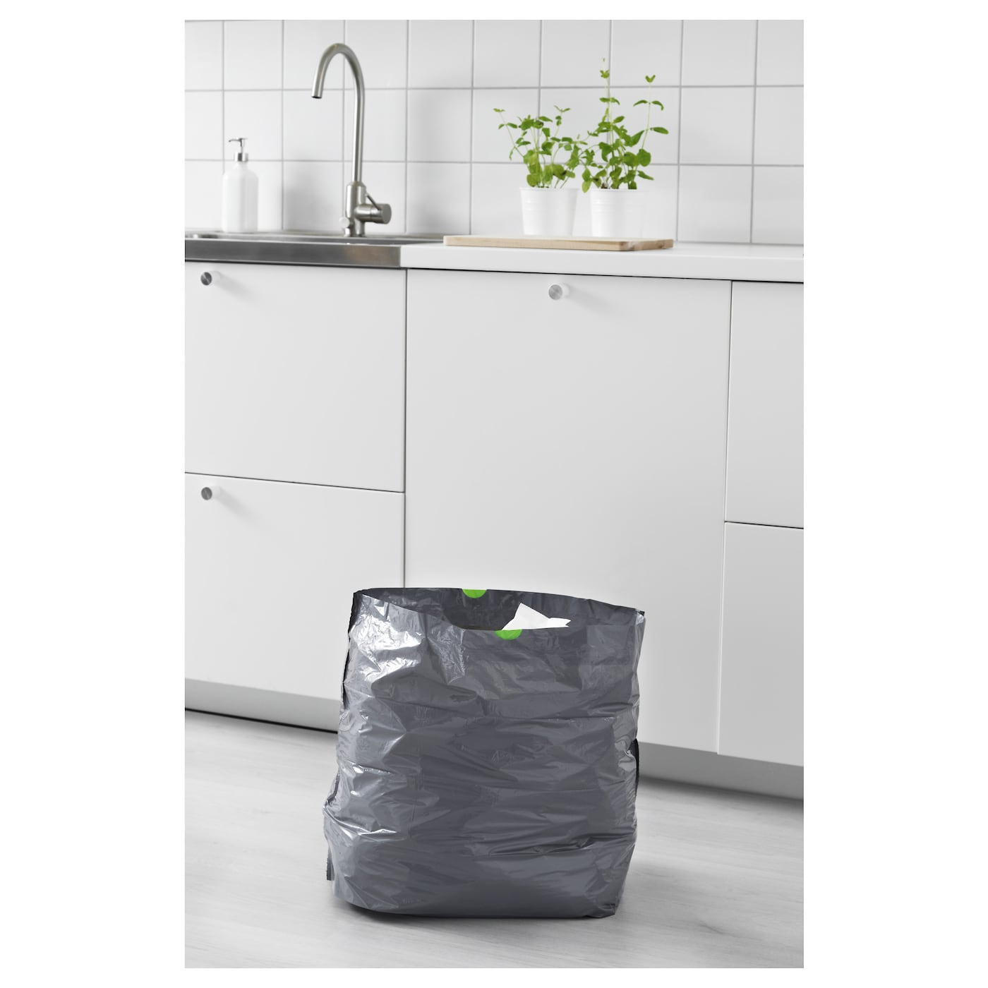 IKEA FÖRSLUTAS waste bag The handle makes it easy to close the bag and carry it to throw away.