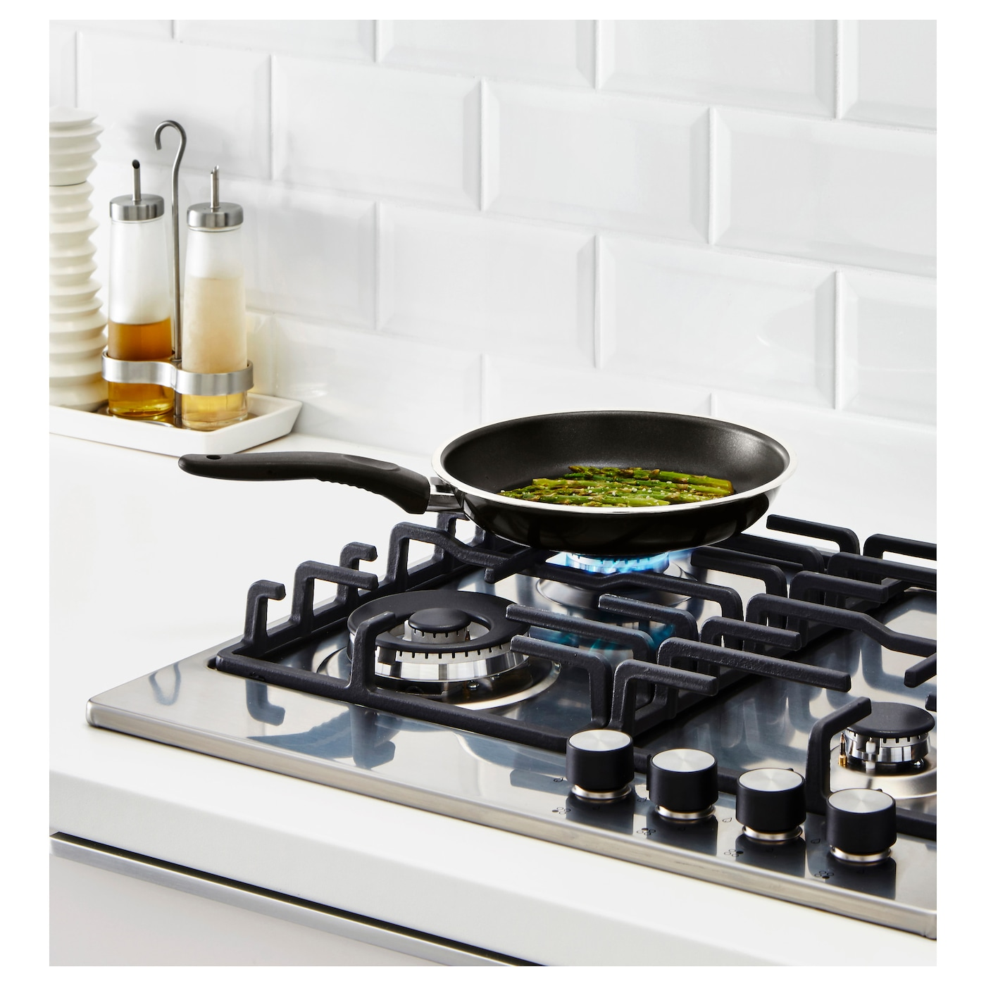 IKEA KAVALKAD frying pan The pan's low weight makes it easy to handle when filled with food.