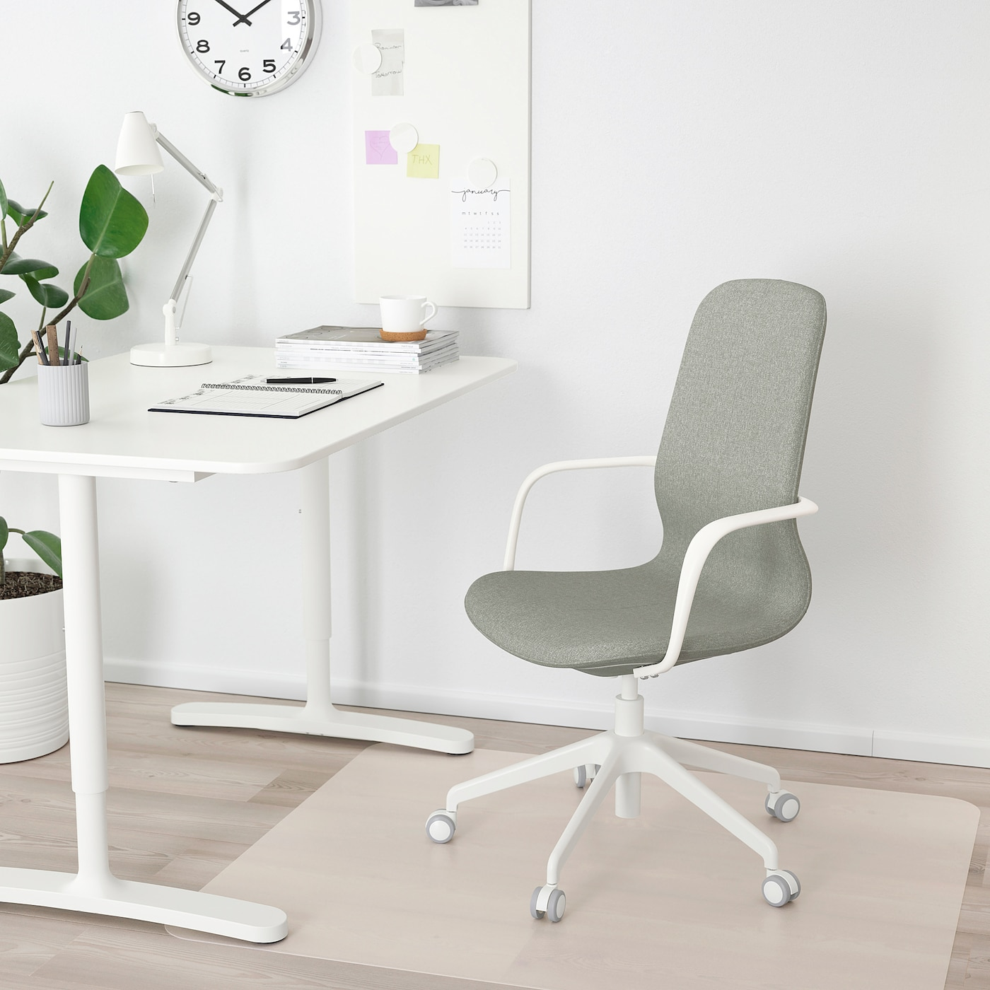LÅNGFJÄLL Office chair with armrests Gunnared light green, white