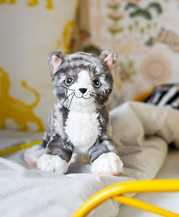 LILLEPLUTT Plišana igračka, mačka siva/bijela