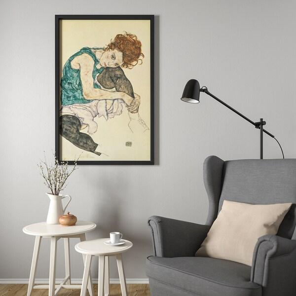 BJÖRKSTA Kép kerettel, Ülő nő felhúzott bal lábbal/fekete, 78x118 cm