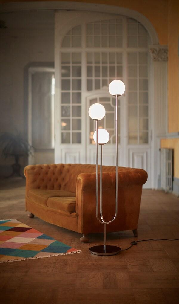 SIMRISHAMN Állólámpa, krómozott/opálfeh üveg