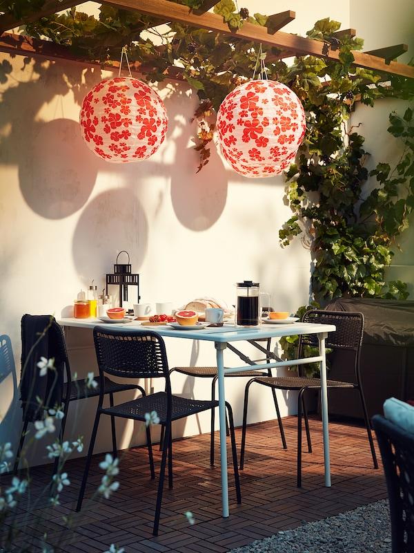 SOLVINDEN LED napelemes függőlámpa, kültéri gömb/virág, 45 cm