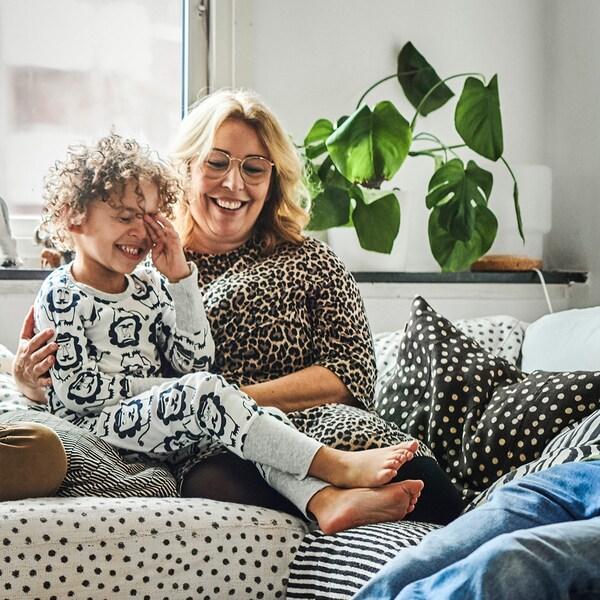 엄마와 아이가 웃고 있어요.