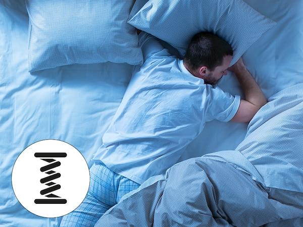 한 남자가 침대위에 엎드려서 자고있고 본넬 스프링 매트리스 아이콘이 표시되어 있어요