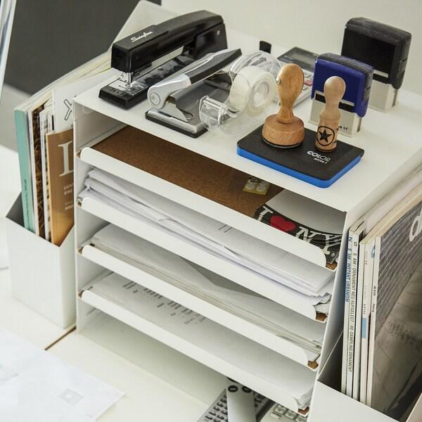 책상 위에 놓인 크비슬레 서류함과 문구류