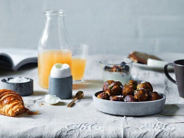 미트볼과 오렌지 주스가 테이블 위에 세팅되어 있어요.