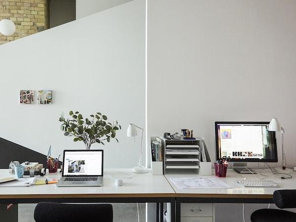 왼쪽에 노트북, 오른쪽에 데스크톱이 책상 위에 있어요.