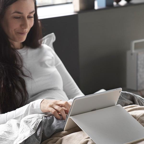 노트북 화면을 보고 있는 여자