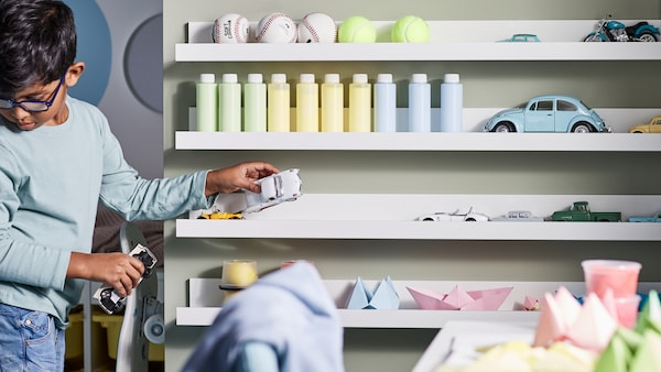아이가 스스로 물건을 깔끔하게 정리하도록 도와줄 수 있는 아이용품 수납을 위한 팁과 아이디어