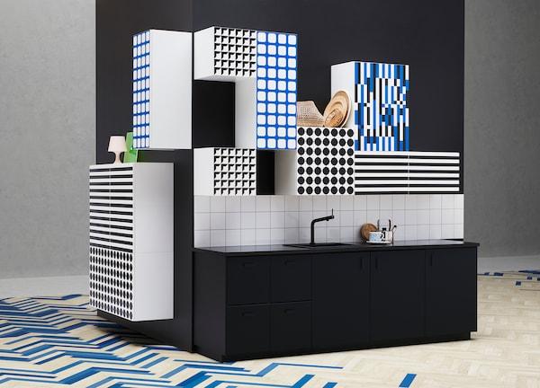 여러 가지 색상의 주방 수납장과 다양한 디자인으로 꾸며진 주방