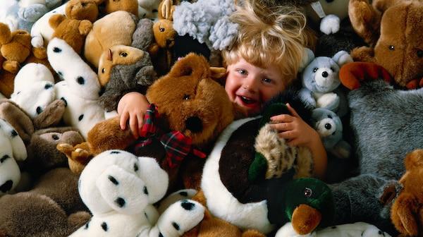 เด็กเล่นกับตุ๊กตา ของเล่นนุ่ม ๆ