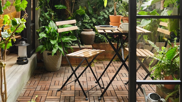 Small outdoor space with TÄRNÖ table and two chairs