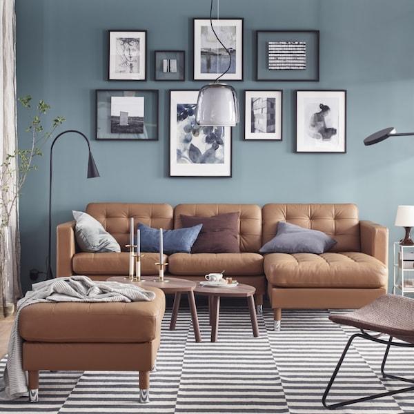 Salón con colores combinados: marrón, azul, turquesa y gris