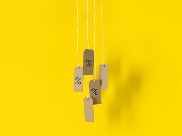 Cenové visačky na žlutém pozadí, které ilustrují výhody členů IKEA Family.