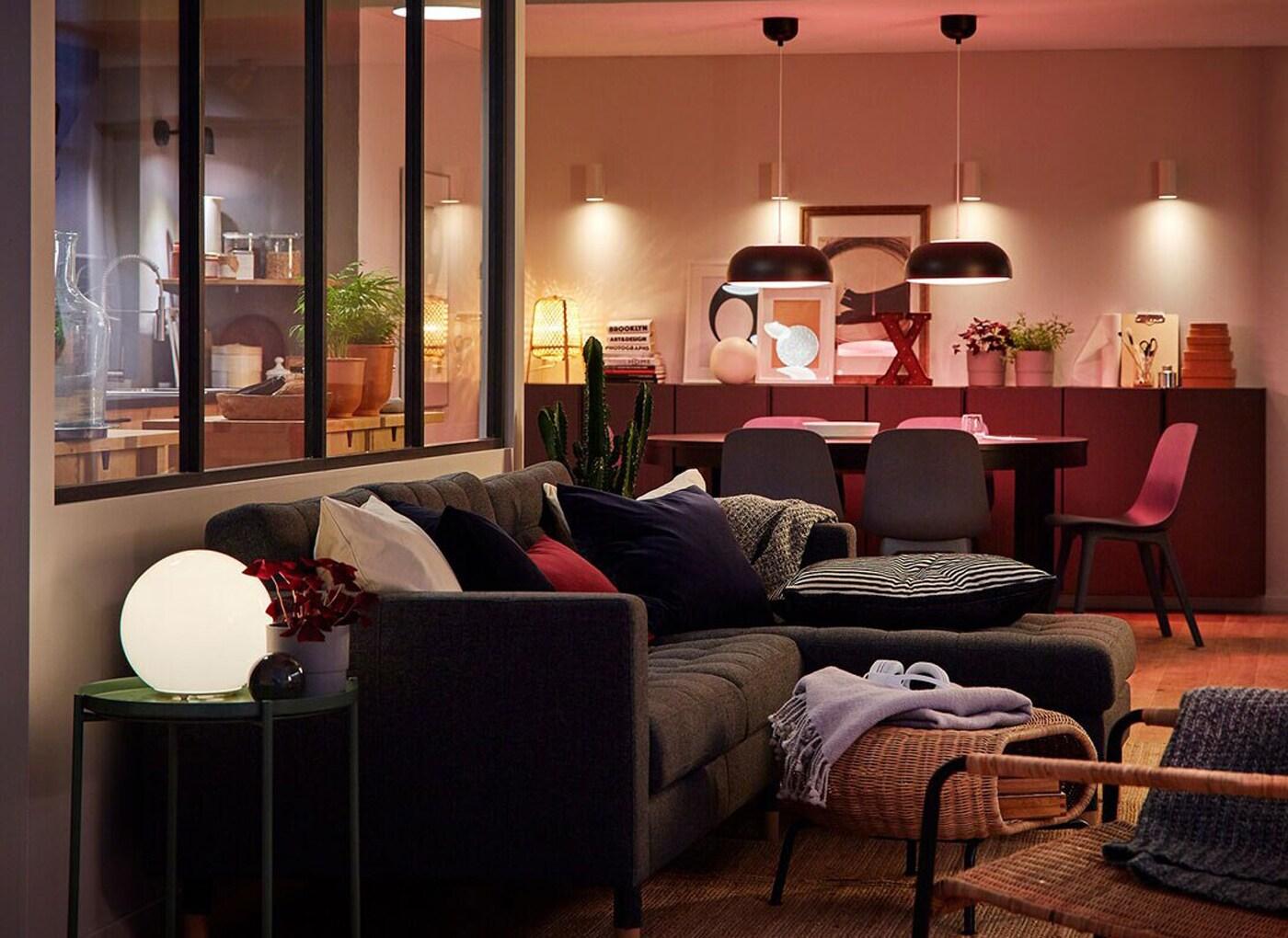 Soggiorno, zona pranzo e cucina in un unico ambiente illuminato da diversi prodotti per l'illuminazione Smart TRÅDFRI - IKEA