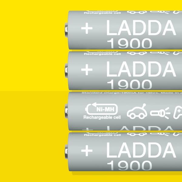 1900mAh 용량의 LADDA 라다 충전지 HR6 AA 네 개가 옐로 표면에 나란히 놓인 모습.
