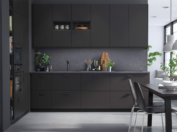 Schwarze, moderne KUNGSBACKA Küche mit Küchenfronten aus Kunststoffflaschen