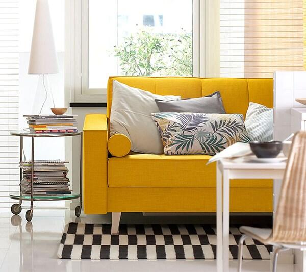 Желтый диван-кровать в гостиной