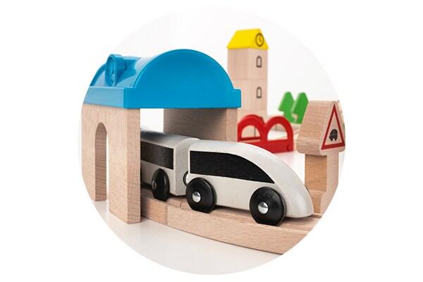 Игрушечный паровозик и железная дорога для детских игр