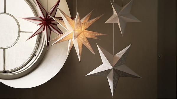 Quatre étoiles en papier pour une fenêtre ronde traditionnelle.