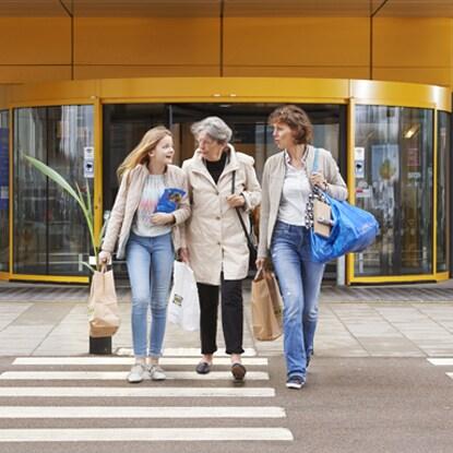 3 generationer går ved siden af hinanden på vej ud af en IKEA butik